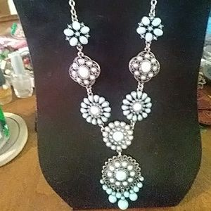 Jewelry - Nwot silver tone faux turquoise necklace